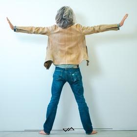 @cesare_griffa ed il suo studio portano il progetto di interior design Algalizing alla @labiennale ... Da vero Brutus indossa una giacca custom tinta con il nuovo metodo Algalizing SP, proprio con lui studiato e realizzato con il nostro @iccio_leathertreatments @venice.architecture.biennale @venice.art.biennale  #stileemateria #noisiamostileemateria #customizeyourself #brutuswire #fashion #gentlemenrider #fashionride #fashionleather #theleathercompany #ontheroad #lifestyle #iconicstyle #luxurystyle #brutus #stiledivita #alghe #cesaregriffa #griffa #studiogriffa #algalizingSP #specialproduction #biennaledivenezia #venezia #biennalevenezia #biennale #design #interiordesign